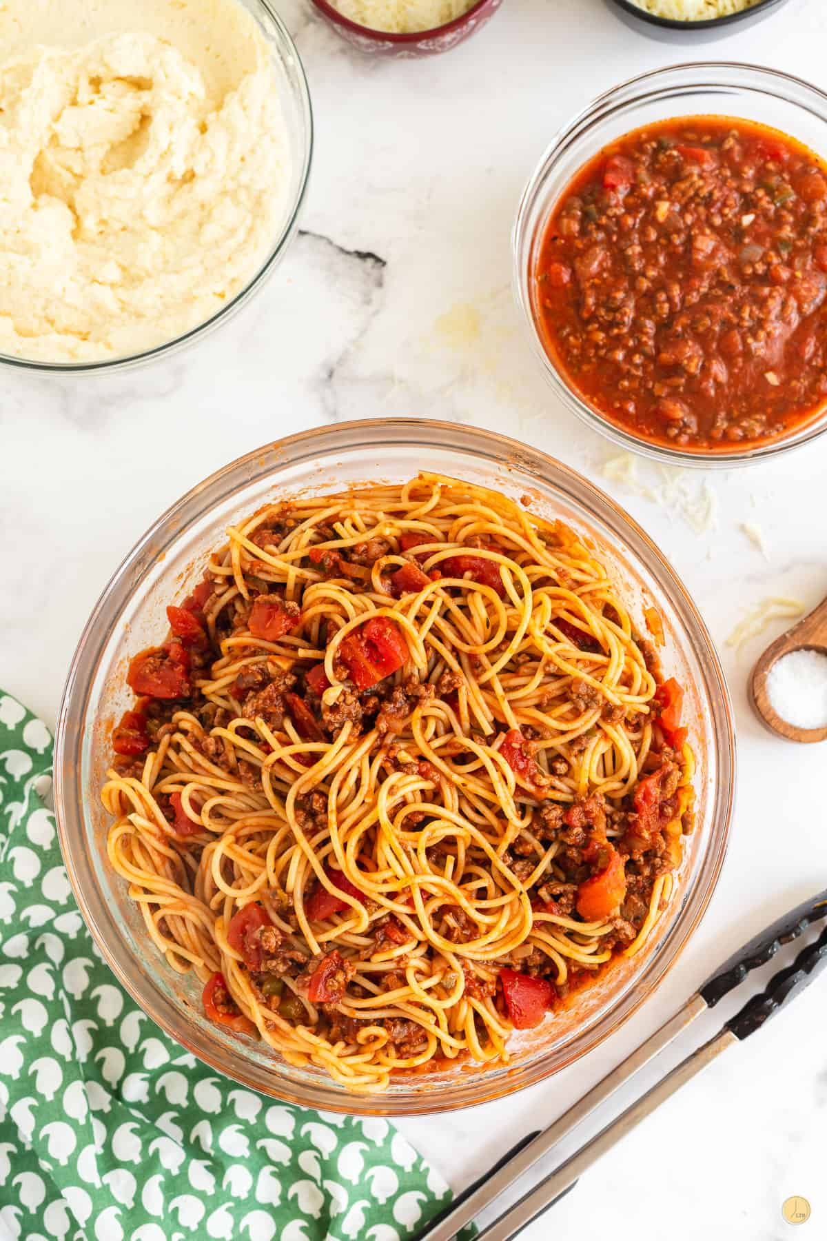 bowl of spaghetti and sauce